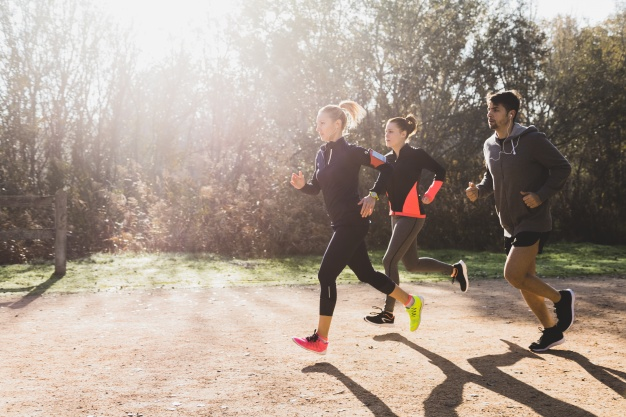 atletas-saludables-corriendo-en-un-dia-soleado_23-2147600764