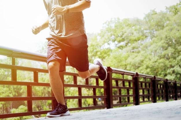 joven-haciendo-deportes-y-trotar-runing-en-un-parque_1421-44